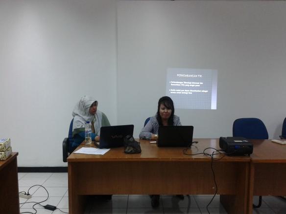 Indah Febriany dan Syawaliah, yang menjadi fasilitator pada mini workshop blog pemula